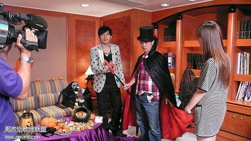 杰伦跟TVB主持人王殷廷的合照 人气:1456