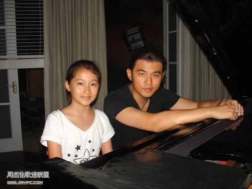 杰伦与刺陵小演员弹钢琴 人气:1670