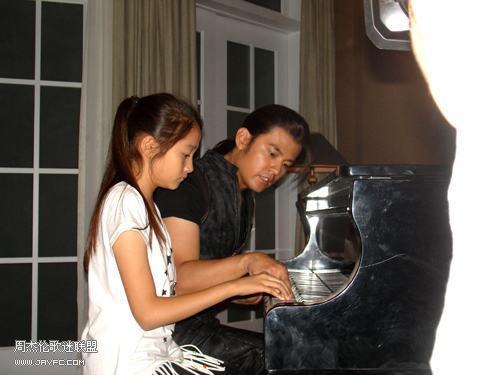 杰伦与刺陵小演员弹钢琴 人气:1618